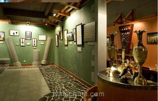 欧式墙壁地砖,优雅的水晶吊灯映射出柔和昏黄的光,让这个葡萄酒博物馆
