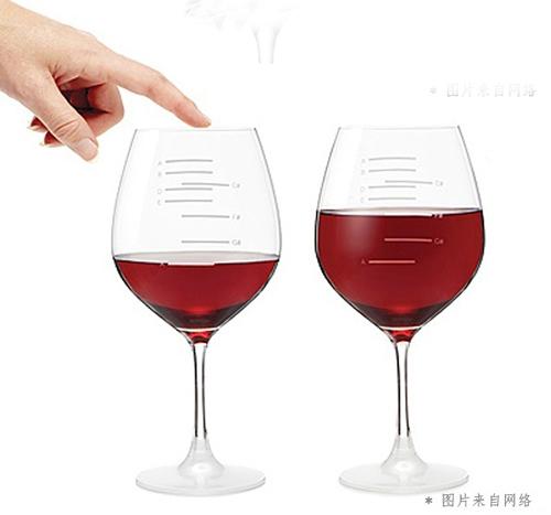 """这副可爱的烟斗状葡萄酒杯设计精巧,只需从""""烟嘴""""处一吸,就能喝到美酒"""