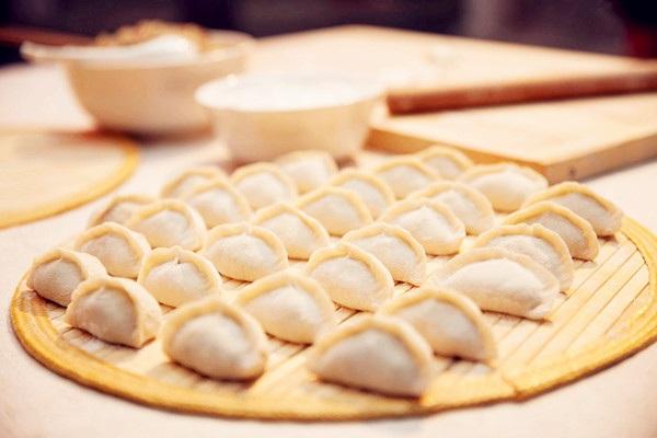 """每逢冬至,中国北方的家庭素有吃饺子的习俗。俗话说""""饺子就酒,越喝越有"""", 今年冬至,不妨与家人开一瓶葡萄酒,来一次中西合璧的""""饺子就酒""""新体验吧。"""