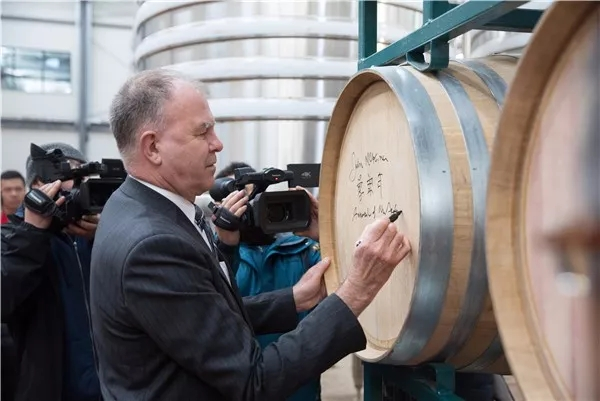 新西兰驻华大使麦康年一行来宁考察玉鸽酒庄