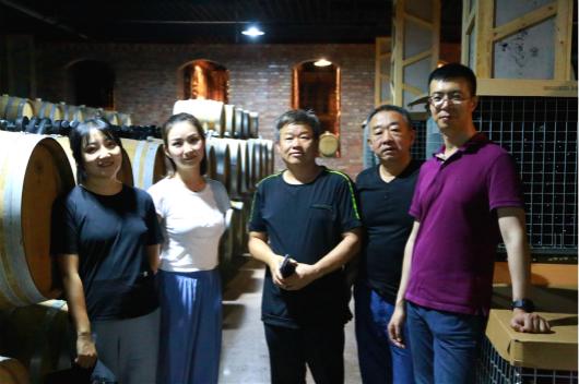 6一行人与米兰天使酒庄酿酒师贺宽存合影 530.jpg