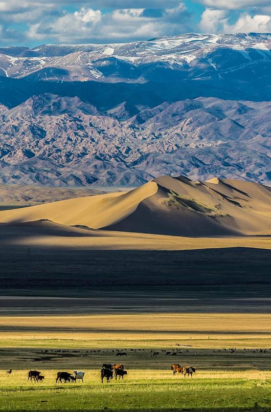 从巴里坤盆地望向鸣沙山、天山,从近到远逐级上升,层次分明,摄影师@飞翔_副本.jpg